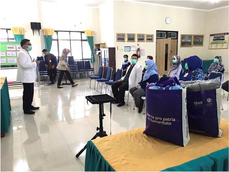 Dekan Fakultas Kedokteran Unika Soegijapranata, dr. Indra Adi Susianto, M.Si.Med, Sp.OG saat menyampaikan materi pelatihan